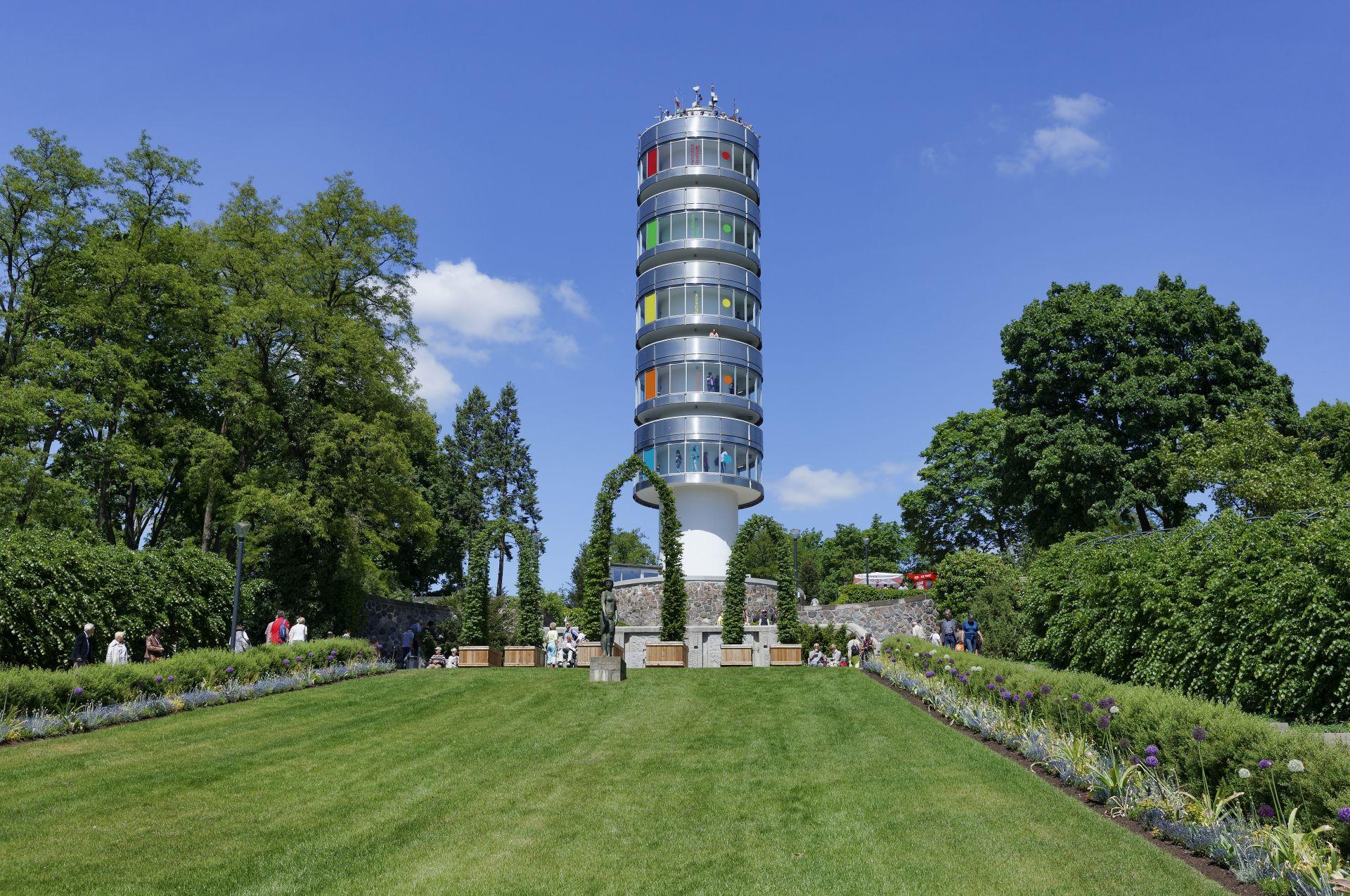 Der Aussichtturm Friedenswarte auf dem Marienberg in